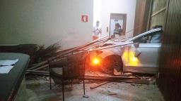Carro invade saguão de prédio no Centro de Ribeirão Preto