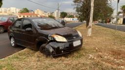 Motorista abandona carro após acidente em avenida de Ribeirão