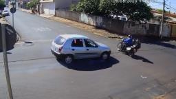 Motociclista é lançada após batida com carro dirigido por menor