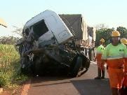 Batida entre caminhões complica o trânsito na Machado Sant´Anna