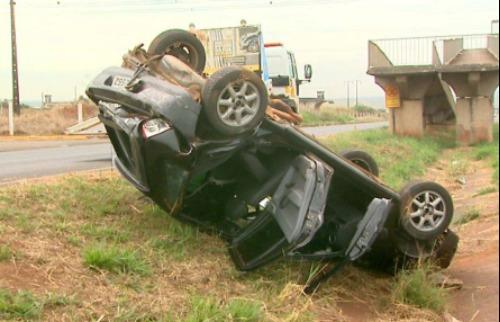 Acidente aconteceu após outro automóvel atingir a traseira do veículo - Foto: Reprodução EPTV
