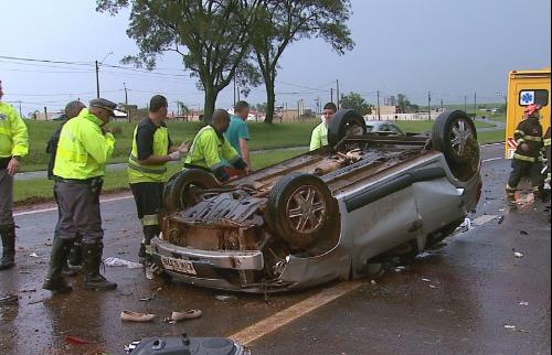 Reprodução EPTV - Os motoristas de ambos os veículos ficaram presos nas ferragens e foram socorridos pelo Corpo de Bombeiros