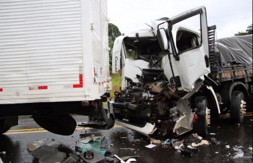 Colaboração/ Maurício Duch - Folha Região - Acidente na rodovia entre três caminhões (Foto: Colaboração/ Maurício Duch - Folha Região)