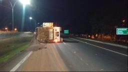 Caminhão canavieiro tomba e interdita faixa da Anhanguera