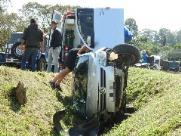 Carro tomba em vala após colisão e dois ficam feridos na SP-318