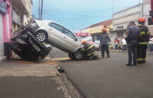 Idoso perdeu o controle do carro e atingiu diversos veículos (foto: ACidade ON São Carlos) - Foto: ACidade ON - São Carlos