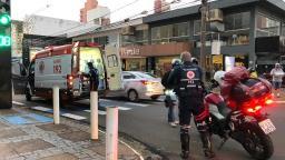 Motociclista sofre fratura exposta após colisão na região central