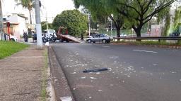 Mulher sofre fratura exposta após ser atropelada por caminhão desgovernado