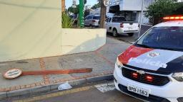 Motociclista é projetado contra placa após ser atingido por carro