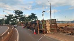 Caminhão carregado de madeira tomba em rodovia da região