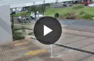 Câmera de segurança - Vídeo mostra o momento em que vaca atinge motociclista na via