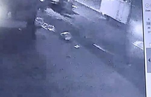 Veja vídeo do momento em que o carro passa em alta velocidade, na contramão e bate no motociclista (Foto: Câmera de segurança) - Foto: Câmera de seguraça