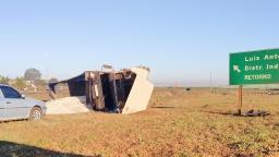 Açúcar é saqueado após caminhão tombar em rodovia da região