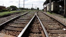 Polícia detém trio furtando dormentes da linha férrea