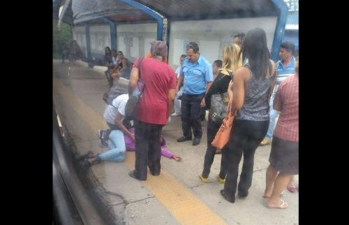 Reprodução - Adolescente desmaiou após ficar presa em porta de ônibus