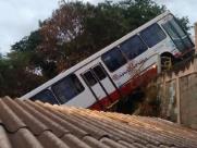Mais de um ano depois, casa atingida por ônibus continua sem reparos