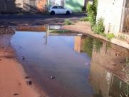 Água acumulada em rua incomoda e preocupa por risco de dengue