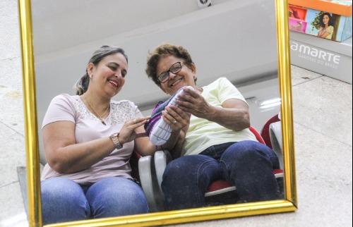 Da reportagem - Alessandra e a mãe Elza estão escolhendo o presente de Dia das Mães (Foto: Amanda Rocha)