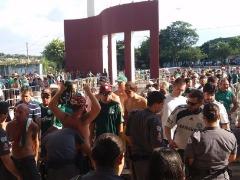 Alguns torcedores foram barrados por policiais porque tinham objetos proibidos - Foto: ACidade ON - Araraquara