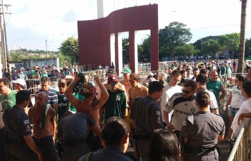 ACidade ON - Araraquara - Alguns torcedores foram barrados por policiais porque tinham objetos proibidos
