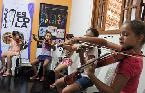 ACidade ON - Araraquara - Alunos ensaiam na sede do projeto Orquestra Escola, no Carmo (Foto: Matheus Vieira)