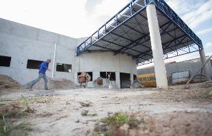 Mastrangelo reino / A Cidade - Apenas cinco funcionários trabalham na UPA Norte, que deveria ter sido concluída em junho de 2015.  No início, eram 50 trabalhadores