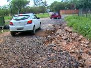 Após chuvas, buracos e excesso de lama dificultam acesso em bairro
