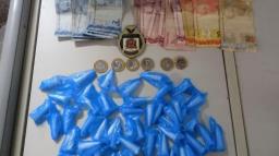 GCM prende rapaz com pinos de cocaína e dinheiro em Amparo