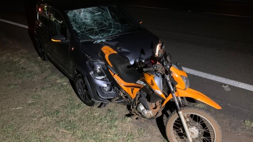 No momento da colisão, moto ficou acoplada na frente do carro (Foto: Colaboração) - Foto: ACidade ON - Araraquara