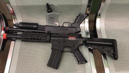 Pai é detido acusado de atirar nos filhos com arma de airsoft