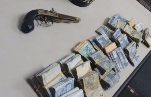 Arma e dinheiro foram apreendidos pela PM. Foto: Divulgação PM - Foto: Divulgação