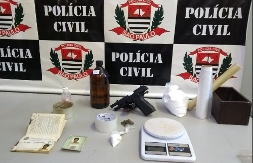 Arma e substância apreendidas com acusado de tráfico na Vila Carvalho - Foto: Divulgação