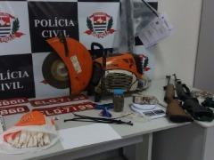 Armamentos e outros objetos foram encontrados nas casas dos suspeitos. Crédito: Divulgação - Foto: Crédito: Divulgação
