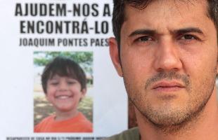 Weber Sian / A Cidade - 08.nov.2013 - Artur Paes ao lado de cartaz do filho, morto há 3 anos: revolta com o liberdade condicional para o padrasto de Joaquim