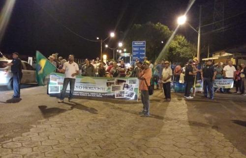 Assentados fazem ato no pedágio da Coxinha, em Bueno de Andrada (Tom Oliveira) - Foto: ACidade ON - Araraquara
