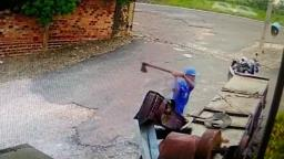 Vídeo mostra homem matando mulher com golpes de machado