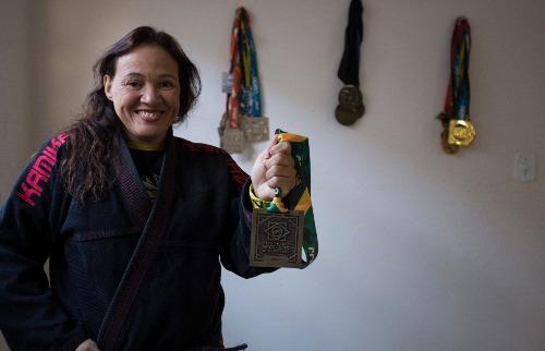 Weber Sian / A Cidade - Força: Viviana Ribeiro exibe com orgulho a medalha de bronze conquistada no Brasileiro de Jiu-Jitsu (foto: Weber Sian / A Cidade)