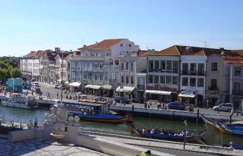 A cidade é toda cortada por canais, as rias, por onde passeiam os barcos moliceiros (foto: DIVULGAÇÃO TURISMO CENTRO DE PORTUGAL) - Foto: DIVULGAÇÃO TURISMO CENTRO DE PORTUGAL
