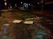Lixo dificulta passagem de pedestres em avenida na zona Norte