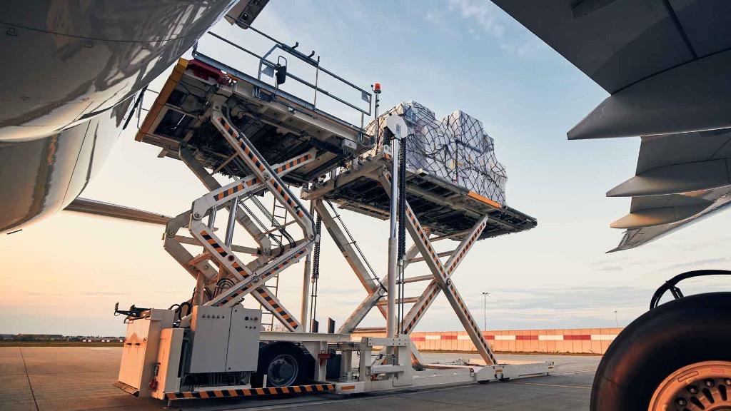 Avião sendo carregado com carga - Foto: Confrabusiness