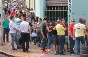 F.L.Piton/A Cidade - Feirão atraiu 2,4 mil pessoas para 500 vagas em Ribeirão Preto