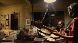 Banda de Araraquara lança clipe gravado em turnê no exterior