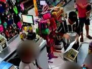 Bandido abordou caixa de mercado. Foto: Reprodução de vídeo - Foto: Reprodução de tv