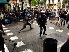 Confronto entre policiais e manifestantes em Barcelona, Espanha - Foto: EMILIO MORENATTI/ASSOCIATED PRESS/ESTADÃO CONTEÚDO