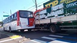 Ônibus colide contra caminhão e trava trânsito na Av. São Carlos