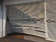 Portão da casa ficou destruído após o acidente (foto: ACidade ON) - Foto: ACidade ON - São Carlos