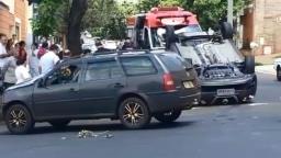 Batida entre dois carros causa capotamento no Jardim Irajá