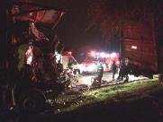 Motorista fica preso nas ferragens em acidente com carretas em Araraquara