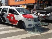 Colisão entre ônibus e viatura da PM deixa quatro feridos