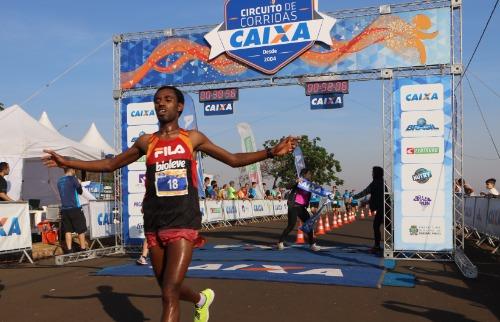Divulgação - O etíope Belete Adere Tola conquistou o primeiro lugar masculino na 14ª edição da Brazil Run Series/ Circuito de Corridas Caixa